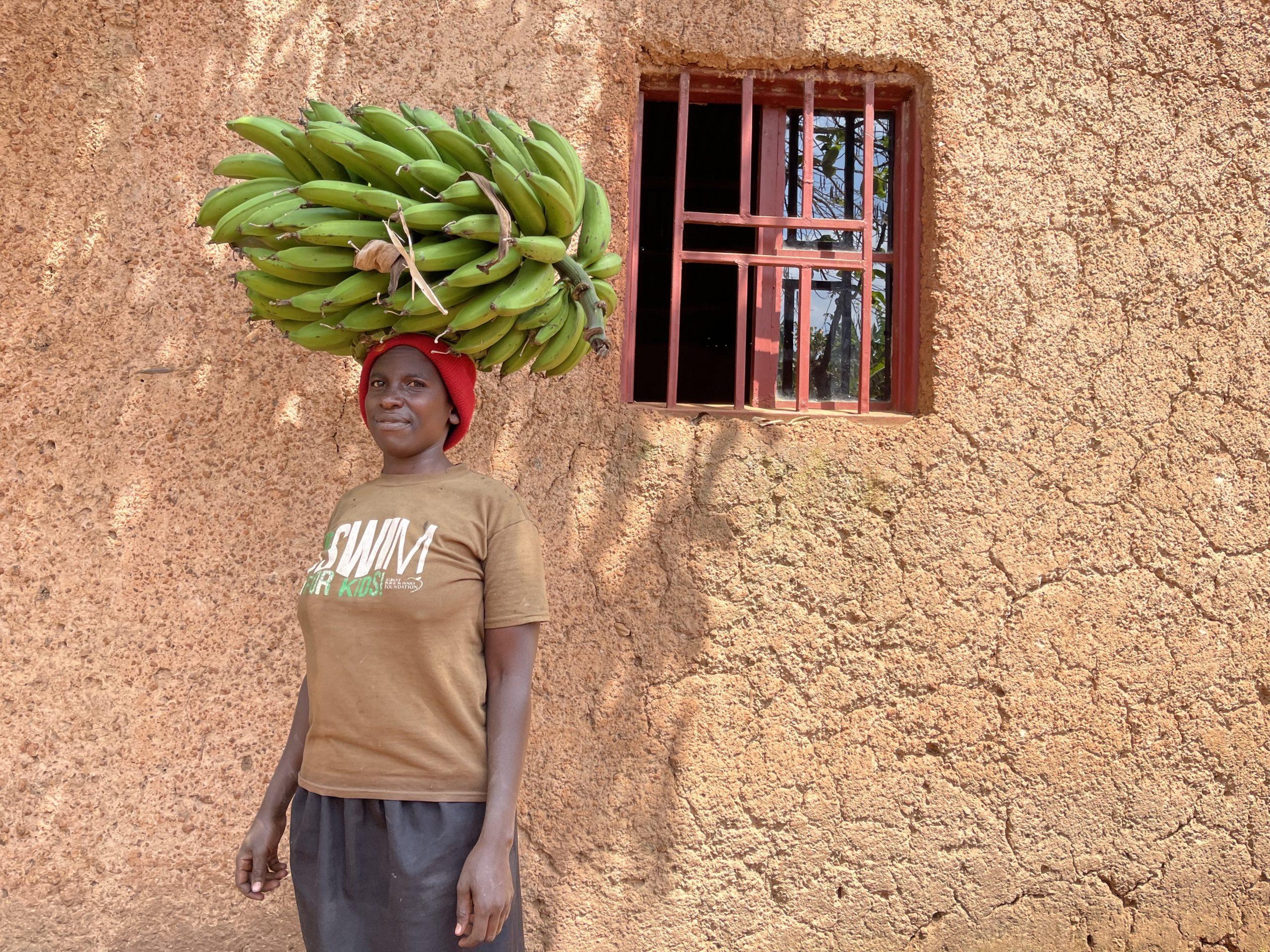 バナナを頭で運ぶ人